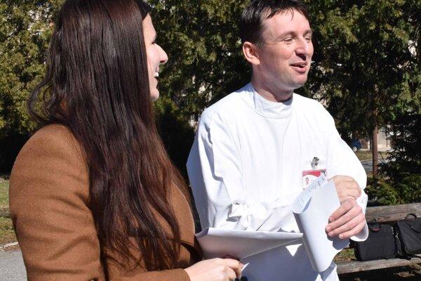 Vľavo hovorkyňa nemocnice Ivana Vaněková a primár kliniky infektológie a cestovnej medicíny Martin Novotný.