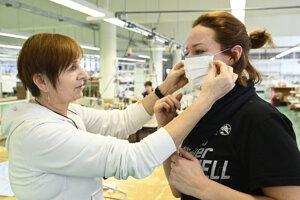 Bánovská textilná spoločnosť začala s výrobou ochranných rúšok v súvislosti so šírením nového koronavírusu na Slovensku.