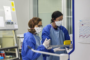 Laboratórni technici virologického laboratória Ženevskej nemocnice testujú vzorky odobraté osobám podozrivým z infekcie koronavírusom COVID-19, SARS-CoV2, v laboratóriu P4D vo Fakultnej nemocnici v Ženeve vo Švajčiarsku.