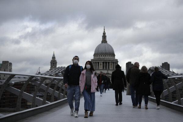 Počet potvrdených prípadov koronavírusu sa v Británii za posledných 24 hodín zvýšil o 54.