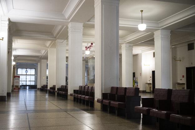 Prázdna chodba v areáli Univerzity Komenského na Šafarikovom námestí.