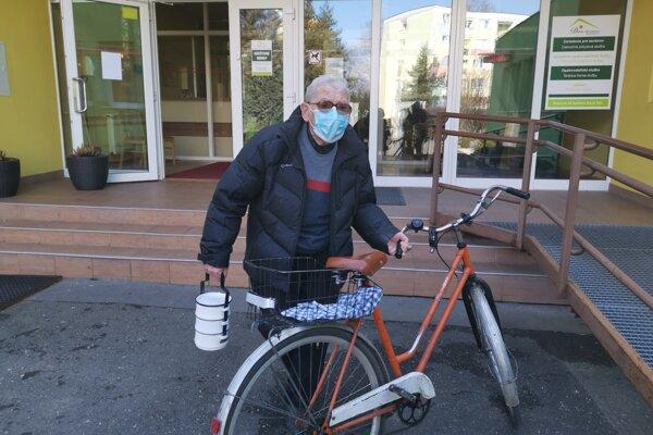 Osemdesiatnik Melichar berie opatrenia v súvislosti s koronavírusom vážne. Prišiel si po obed do domova dôchodcov.
