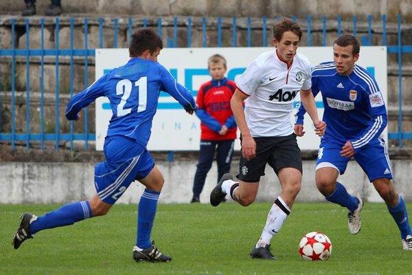 Roman Pliešovský (vľavo) v súboji s Adnanom Januzajom z Manchesteru United (v bielom).