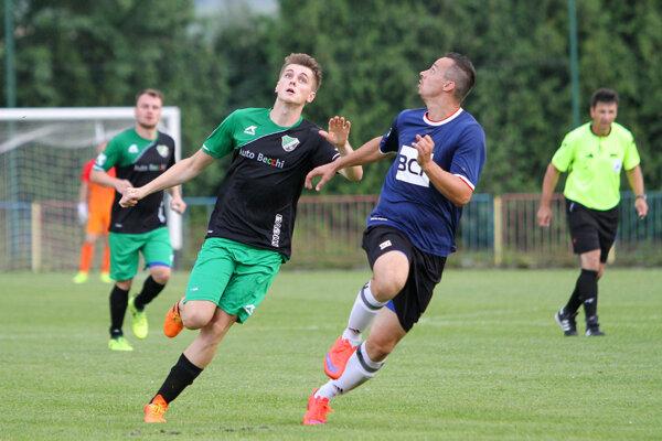 Michal Lajš (v zeleno-čiernom, v popredí) počas pohárového zápasu s Varínom.
