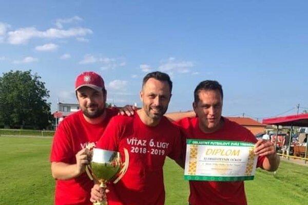 Branislav Gažo (v strede) s pohárom za víťazstvo v VI. lige Double Star Bet.