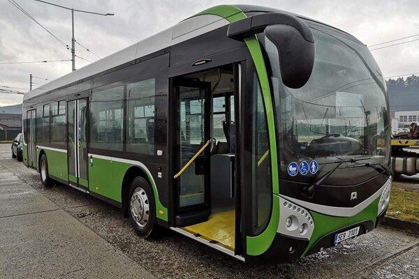 V uliciach sa objavil nový elektrobus.