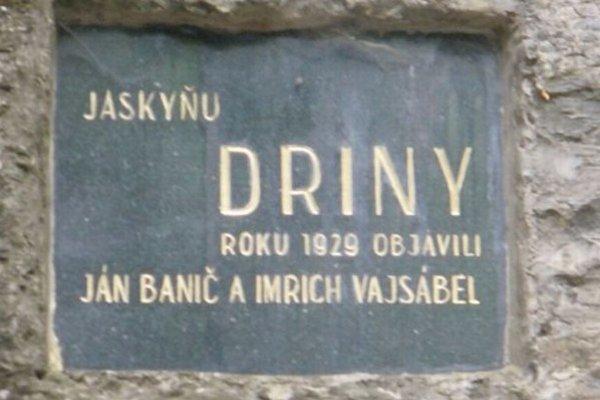 Pamätná tabuľa pri vstupe do jaskyne.