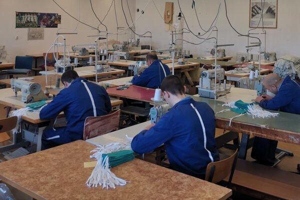 Približne 12 000 ochranných rúšok vyrobili slovenskí väzni od 5. marca 2020 do piatka 13. marca 2020 v siedmich slovenských väzeniach.