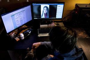 Gymnazista počas online výučby, ktorú vedie jeho učiteľka, v jeho dome v Budapešti.