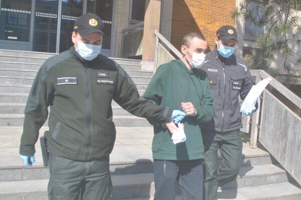 Policajti odvádzajú Moldavca do väzby.