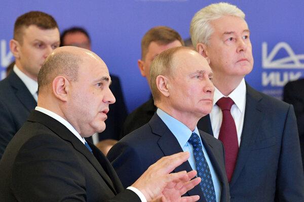 Ruský prezident Vladimir Putins premiérom Michailom Mišustinom (vpravo).