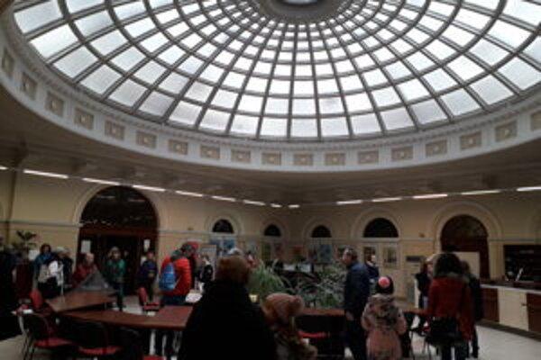 Dvorana Forgáchovho paláca, dnes hlavná knižničná budova, vyrazí dych so svojou presklenou kupolou.
