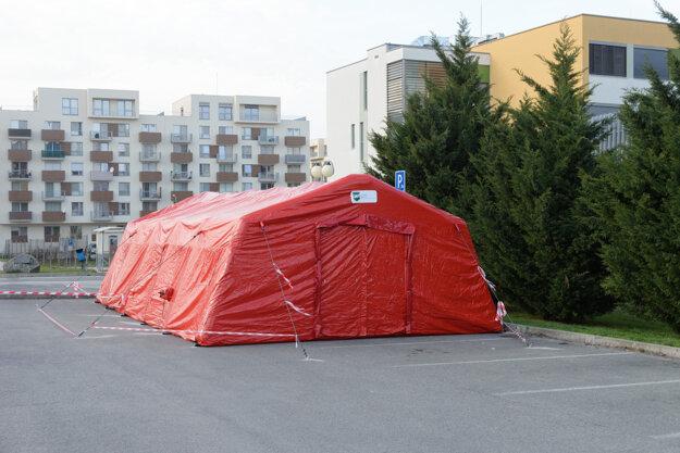 Fakultná nemocnica v Nitre realizuje v súvislosti s hrozbou nového koronavírusu nové opatrenia.