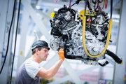 Automobilka Volkswagen Slovakia. Na snímke výroba elektrických vozidiel v montážnej a výrobnej hale.