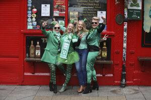 Turisti pózujú pre priateľov v centre Dublinu. Oslavy sv. Patrika boli zrušené v celej krajine kvôli koronavírusu a choroby COVID-19.