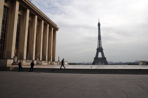 Prázdne námestie Trocadéro pred Eiffelovou vežou v Paríži.