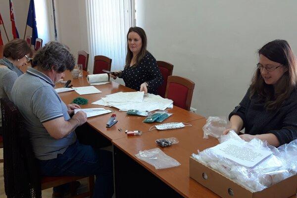 Na obecnom úrade v Ľubietovej vyrábal rúška starosta Pavel Zajac spolu s pracovníčkami úradu.