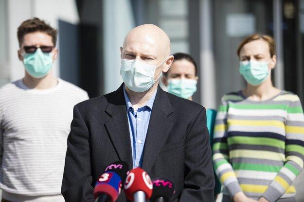 Vedúci Oddelenia ekológie vírusov z BMC SAV Boris Klempa (v popredí) počas tlačovej besedy Virologického ústavu Biomedicínskeho centra Slovenskej akadémie vied (BMC SAV), na ktorej informovali o úspešnej izolácii prvých slovenských kmeňov vírusu SARS-CoV-2. Výsledkom izolácie kmeňov vírusu je pripravenie neinfekčných vzoriek, ktoré budú následne skúmať. Cieľom výskumu bude identifikácia kompletného genetického zloženia vírusu. Bratislava, 19. marec 2020.