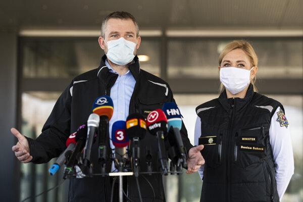 Premiér Peter Pellegrini dnes na bratislavskom letisku oznámil, že 84-ročná žena zomrela na infarkt myokardu, nie na koronavírus, ktorý tiež mala.