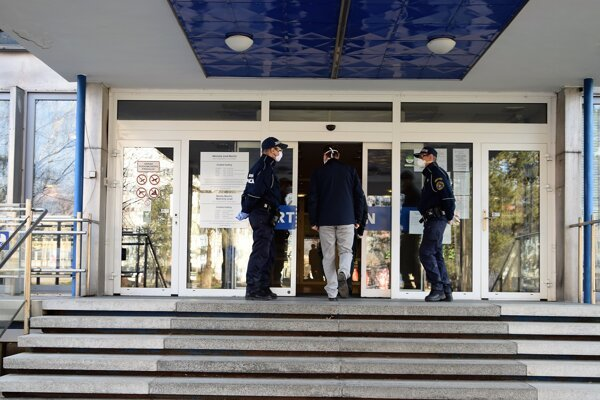 Na MsÚ vMartine hliadkujú mestskí policajti.