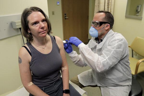 Dobrovoľnčka Jennifer Hallerová dostáva ako prvá v poradí vakcínu proti novému koronavírusu. Klinickú skúšku zahájili v pondelok 16. marca vo výskumnom ústave v americkom meste Seattle.