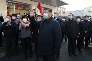 Čínsky prezident Si Ťin-pching s rúškom na tvári počas návštevy nemocnice a pacientov.
