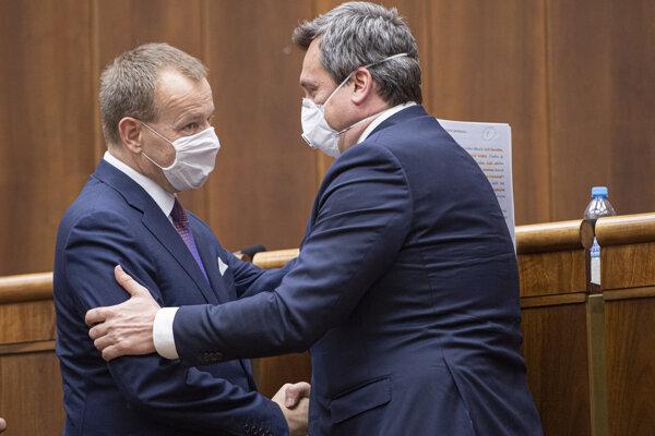 Nový predseda Národnej rady Boris Kollár (vľavo) a jeho predchodca Andrej Danko (vpravo) si podávajú ruky počas ustanovujúcej schôdze.