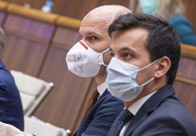 Noví podpredsedovia Národnej rady s ochrannými rúškami na tvári Gábor Grendel (Oľano) a Juraj Šeliga (Za ľudí).