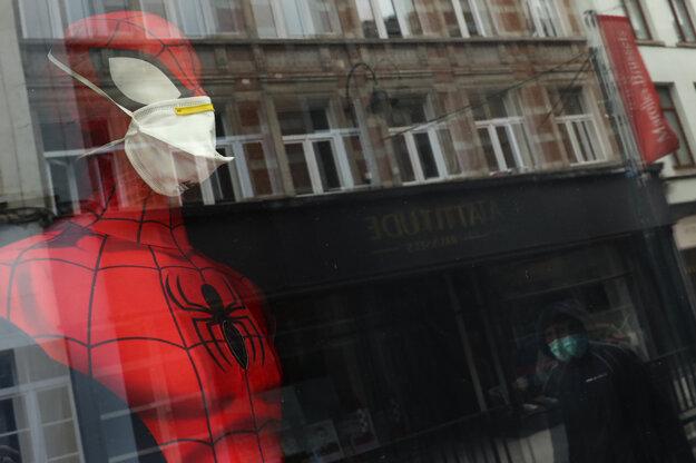 Aj Spiderman nosí rúško.