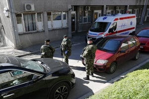 Srbskí vojaci hliadkujú pred epidemiologickou klinikou v Belehrade.