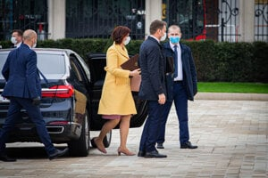 Ministri prichádzajú do prezidentského paláca.
