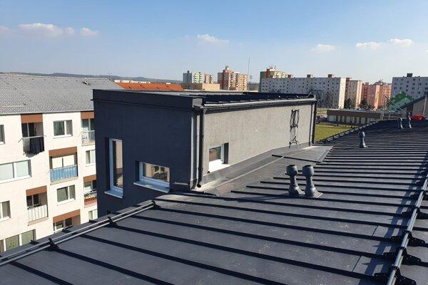 Opravená strecha, ktorú strhla víchrica.