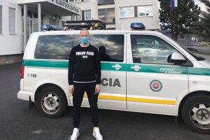 Radovan Puliš doniesol rúška aj žiarskym policajtom.