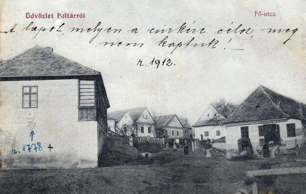 V budove vľavo bola umiestnená katolícka škola. Neskôr tam bola pošta, dnes je tam mestské múzeum.