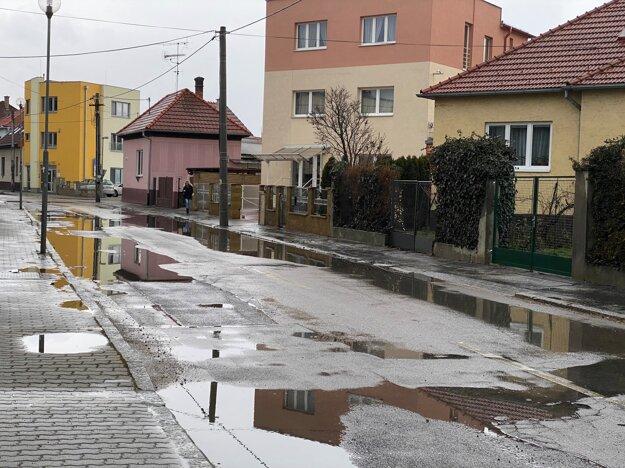 Mláky po daždi na Jilemnického ulici v Trenčíne.