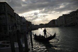 Správy o zvieratách vracajúcich sa do miest neboli pravdivé. Na sociálnych sieťach ich zdieľali tisíce ľudí. Pravdivé však je, že voda v benátskych kanáloch je čistejšia pre obmedzenú plavbu.