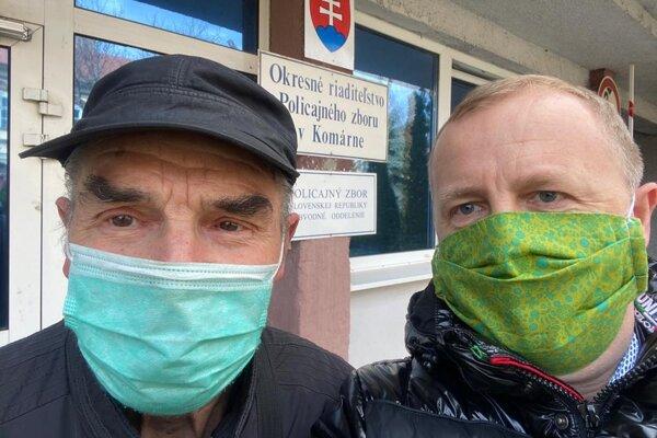 Policajný dobrovoľník pán Farkaš (vľavo). Klobúk dole!
