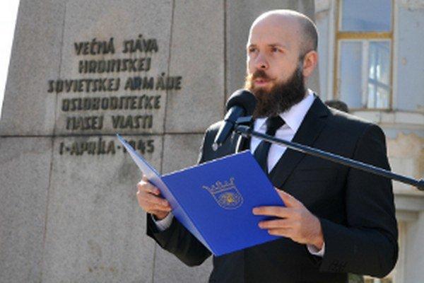 Primátor Trnavy Peter Bročka pri príhovore počas osláv 70. výročia oslobodenia mesta pri Pomníku osloboditeľov na Námestí SNP.