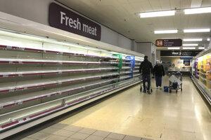 Prázdne police v supermarkete v Londýne.
