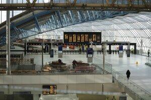 Upratovači pracujú na skoro prázdnej stanici metra Waterloo v Londýne.