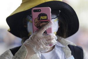 Cez telefóny chcú kontrolovať dodržiavanie karantény a šírenie koronavírusu.