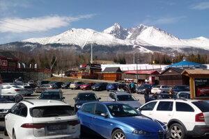 Parkovisko pri dolnej stanici lanovky v Tatranskej Lomnici.