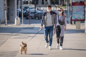 Ľudia s ochrannými rúškami v Bratislave.