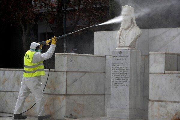 Dezinfikovanie verejného priestranstva v Aténach 24. marca 2020.
