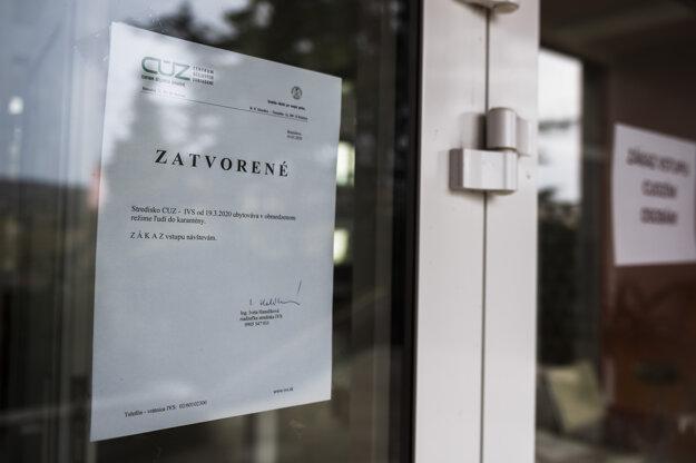 Papier s informáciou o karenténe na dverách budovy Inštitútu pre verejnú správu MV SR.