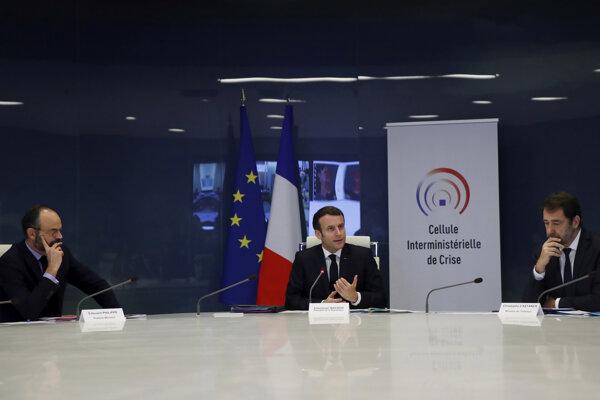 Zľava francúzsky premiér Édouard Philippe, prezident Emmanuel Macron a minister vnútra Christophe Castaner.