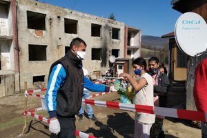 Dalibor z MOPS prináša chlieb aj rúška osadníkom.