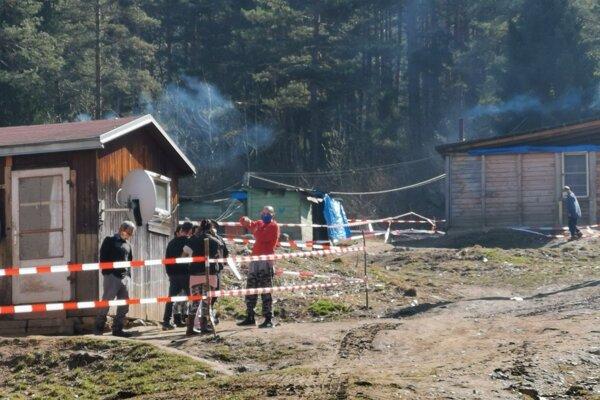 Rómsku osadu Háj pri Gelnici nechalo najskôr vedenie mesta obohnať policajnou páskou.