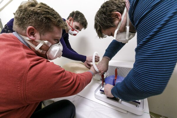 """Náhrada ventilácie predstavuje alternatívu, ktorú bude možné použiť, keď už v nemocniciach nebude dostupný žiaden """"štandardný"""" prístroj."""