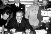 Predstavitelia Nemecka a ZSSR podpísali 23. augusta 1939 v Kremli pakt o neútočení - Pakt Ribbentrop - Molotov.